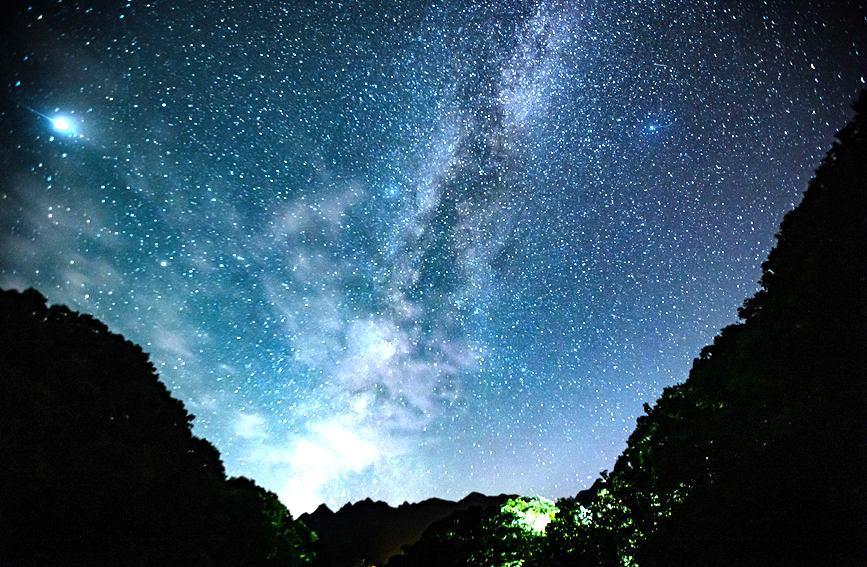 如梦似幻!洛阳白云山星空绝美 银河横跨天际